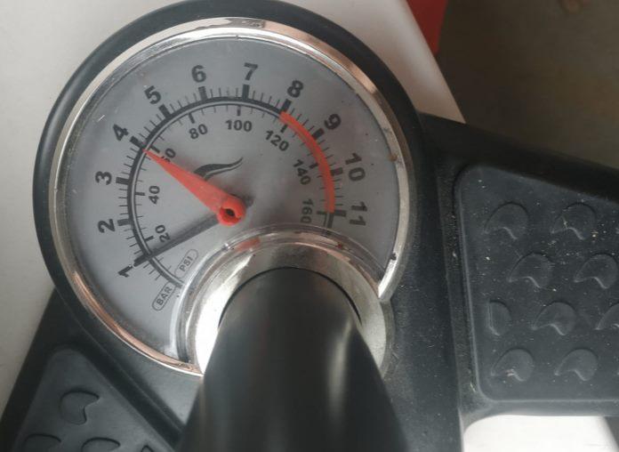 manometr-tlakomer-hustilka-pumpa-1bar-absolutni-tlak-vs-relativni.jpg