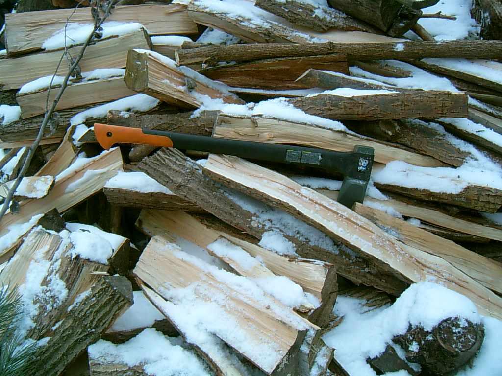 fiskars-sekera-drevo.jpg