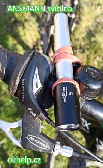 ansmann-svitilna-x20-pripevnena-zavarovaci-gumou-na-riditka-bicyklu.jpg